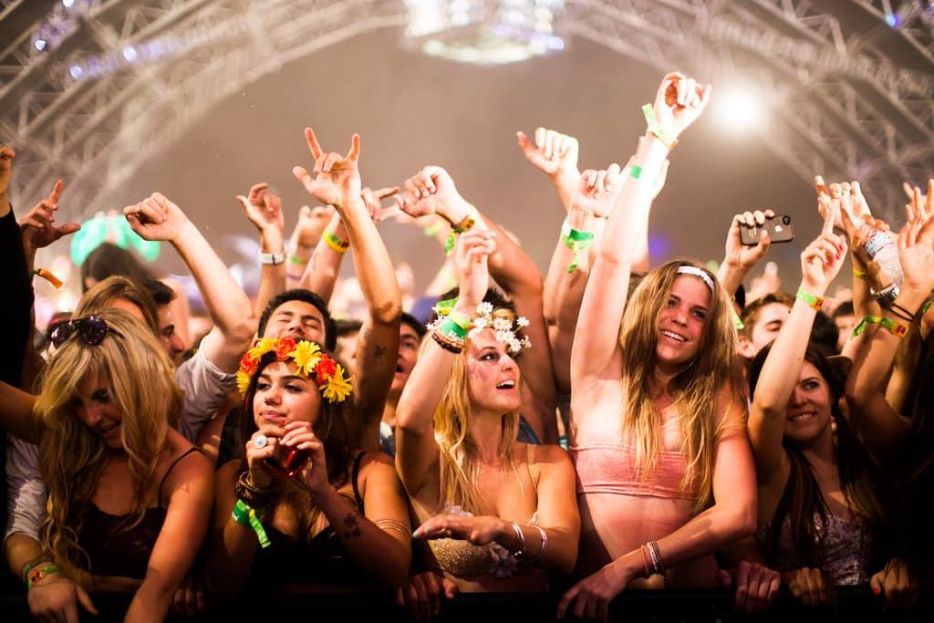 Featured image for Leonardo DiCaprio Dances, Aaron Paul Photobombs At Coachella